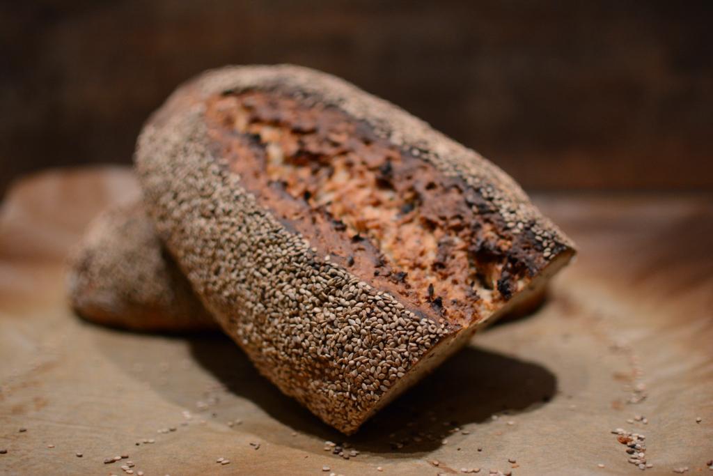Brot mit Sonnenblumenkernen, Leinsamen und Haferflocken
