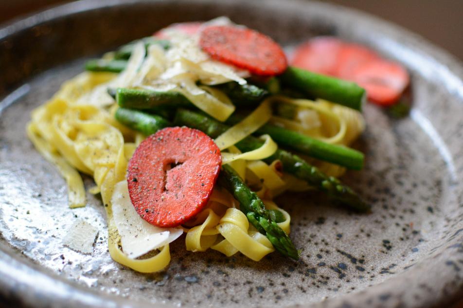 Pasta mit grünem Spargel und Erdbeeren