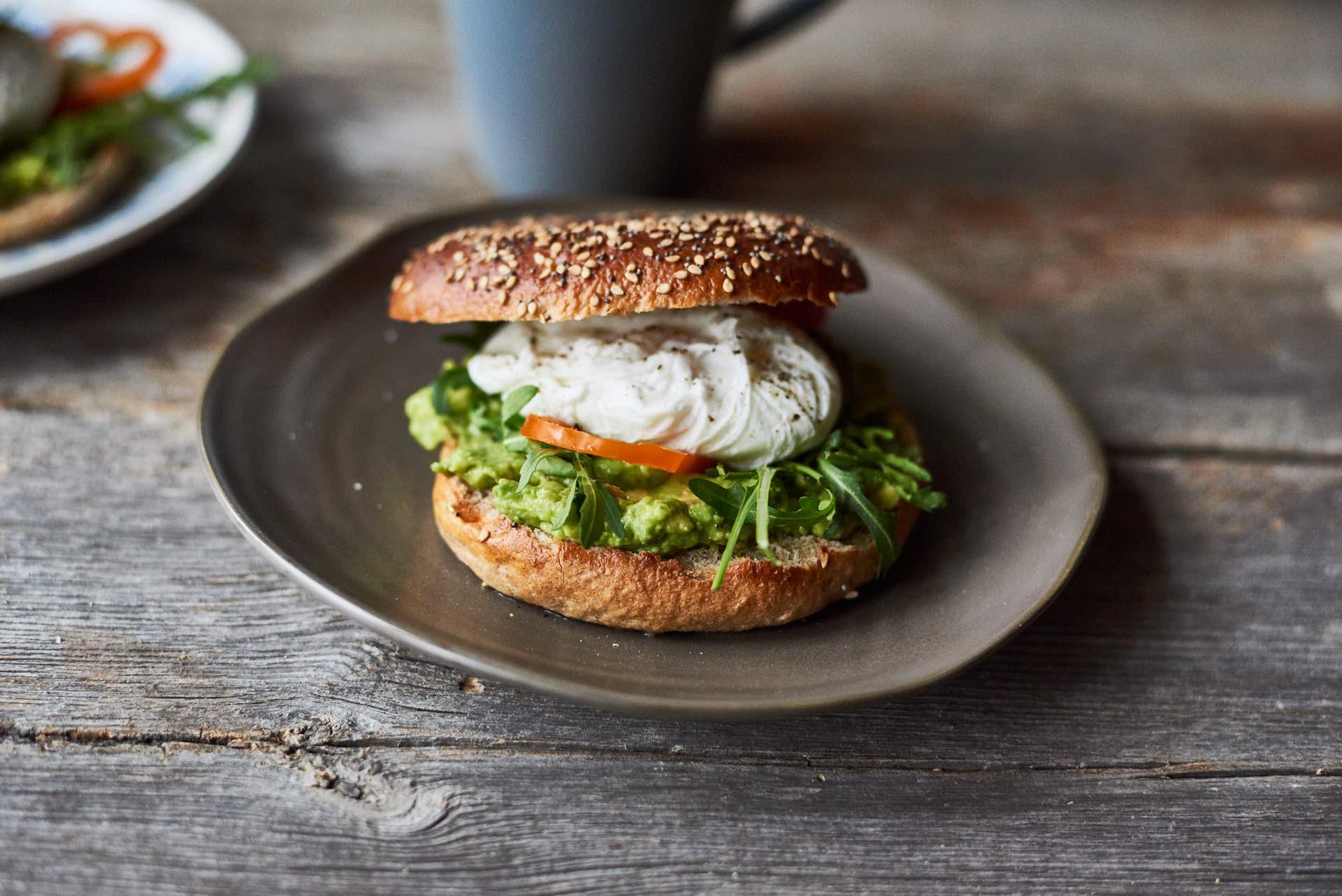 Vollkornbagel mit pochiertem Ei und Avocado