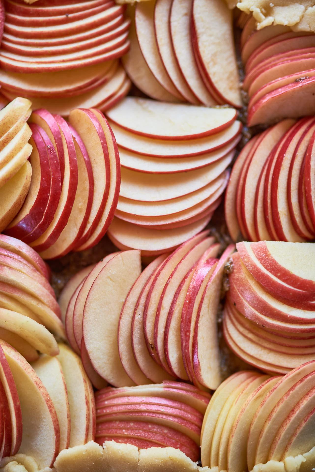 Apfelgalette im Kürbiskernbett