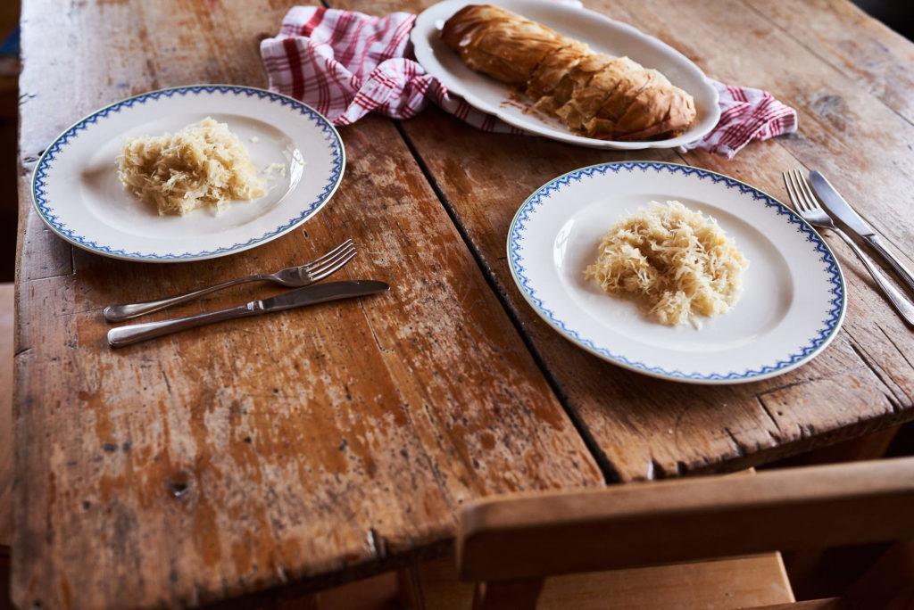 Grammelstrudel mit Sauerkraut